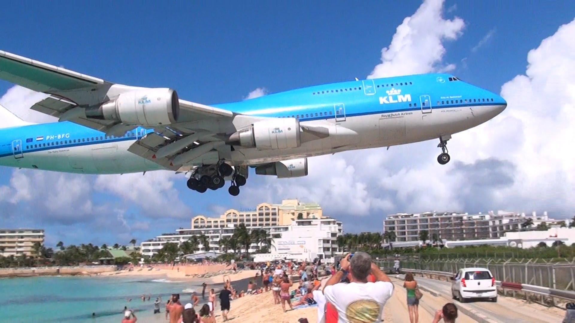Dit strand is wereldwijd bekend vanwege de directe nabijheid van het ...